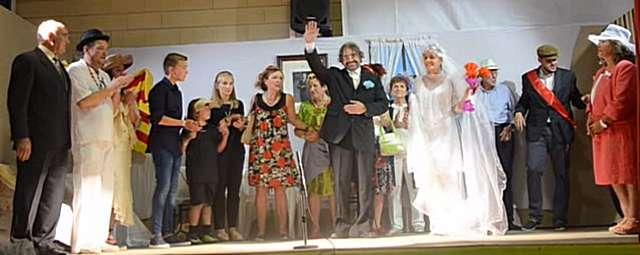 Participa en el grupo de teatro «El Telón»